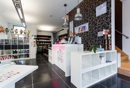 Nails Herent (Getting your nails done) - Elegantia