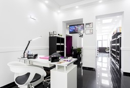 Nails Waterloo (Getting your nails done) - Fée Nails