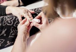 Nails Hever (Getting your nails done) - Elegance