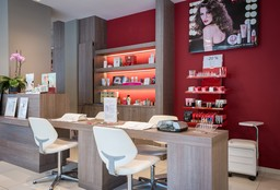 Nails Evere (Getting your nails done) - Carlo Studio